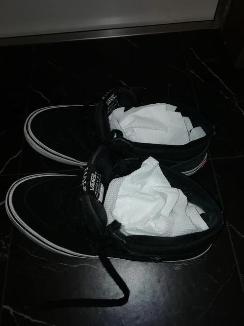 キッチンペーパーで靴を乾かす
