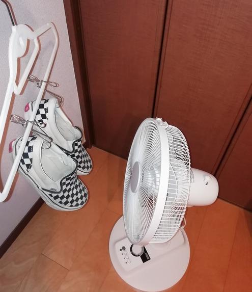 扇風機で靴を乾かす